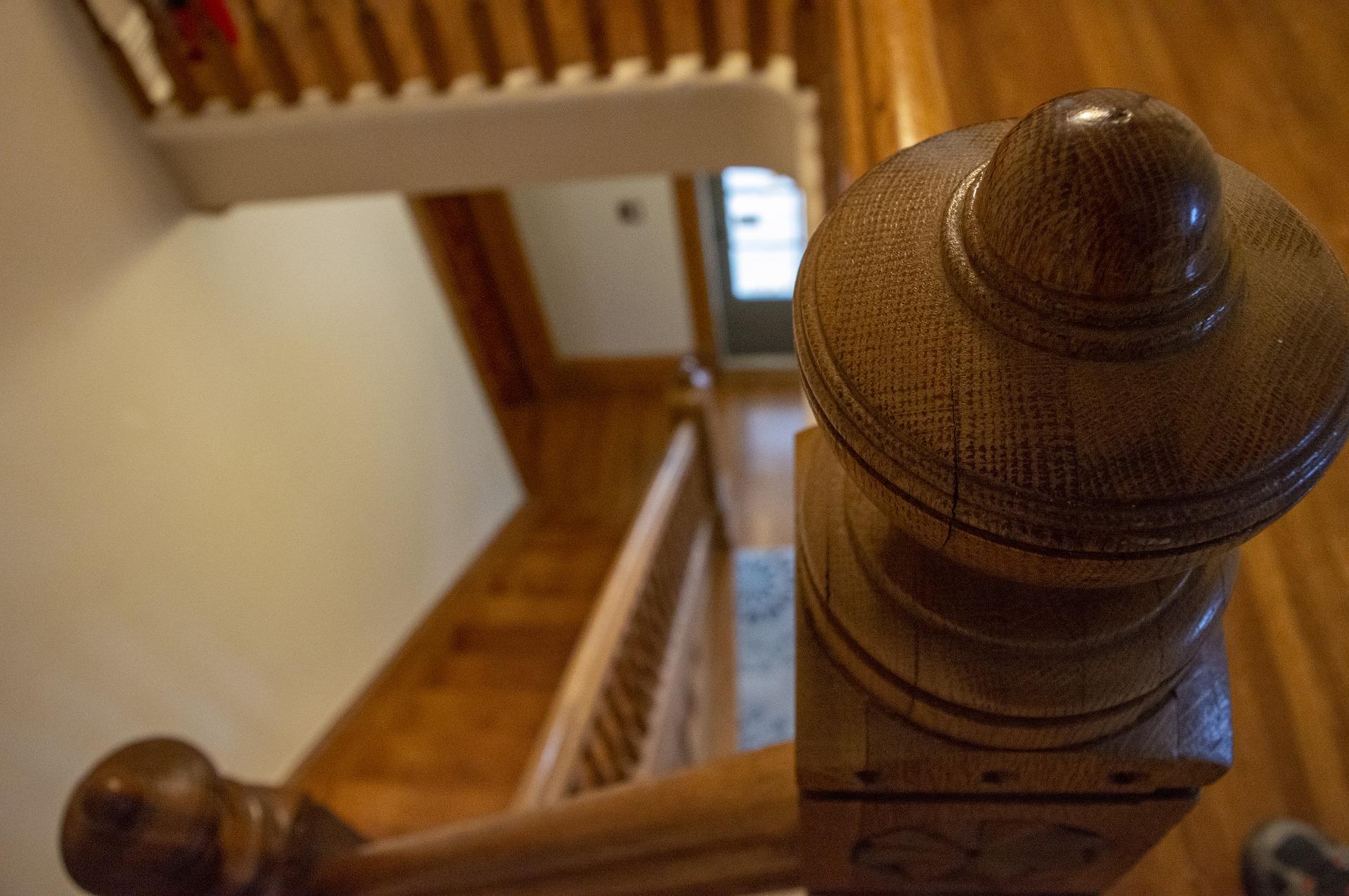 Treppengelaender-aus-Holz-verschiedene-Designs