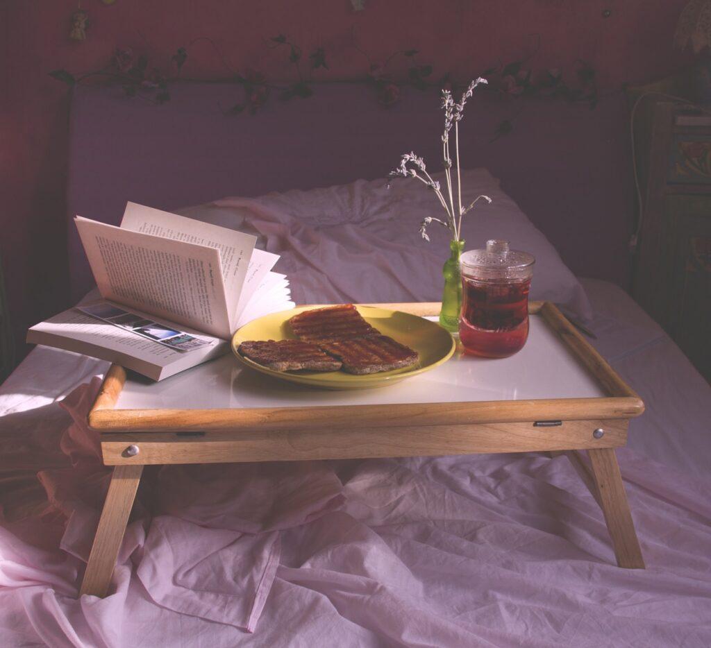 Du kannst Dich viel wohler fühlen, wenn Dein Frühstück auf einem bequemen und stabilen Betttablett mit Stützen serviert wird.