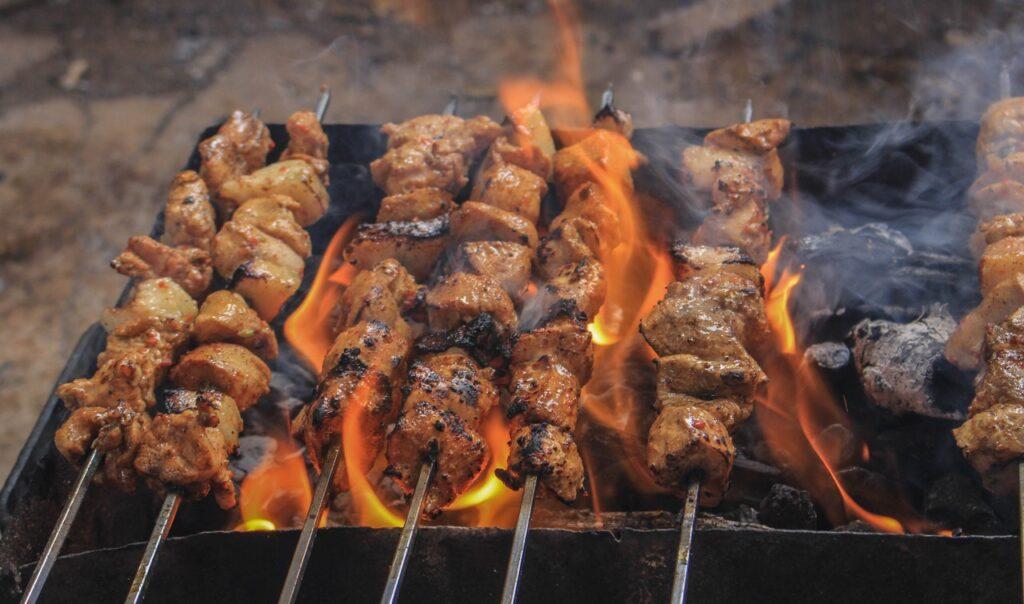 Grillspieße gibt es aus Holz und aus Metall beziehungsweise aus Edelstahl.