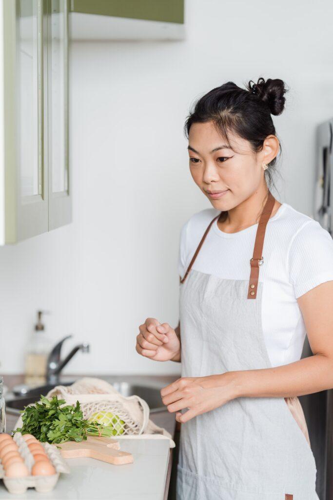 Küchenschürzen werden überwiegend aus Baumwolle, Polyester oder einem Baumwolle-Polyester-Gemisch hergestellt.