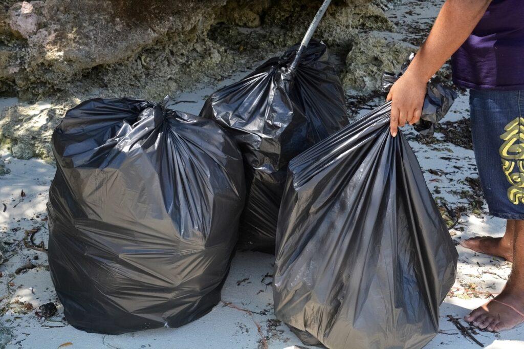 Müllsackständer sind häufig mit bunten Klappdeckeln ausgestattet und das aus einem guten Grund.