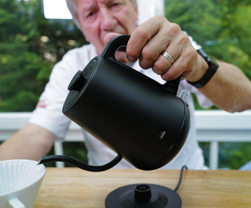 Svart Pour von Wilfa, Wasser in Filter gießen