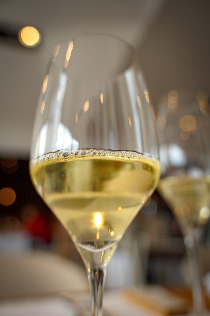 Ein ideales Weißweinglas besteht aus dünnem Glas oder glattem Kristallglas mit einem hohen Maß an Transparenz und Reinheit.